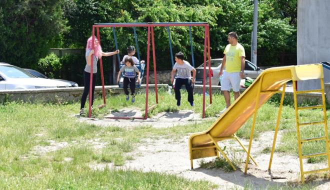 Foto: Constănţenii reclamă că nu sunt locuri de joacă pentru copii. Primarul Făgădău promite 100