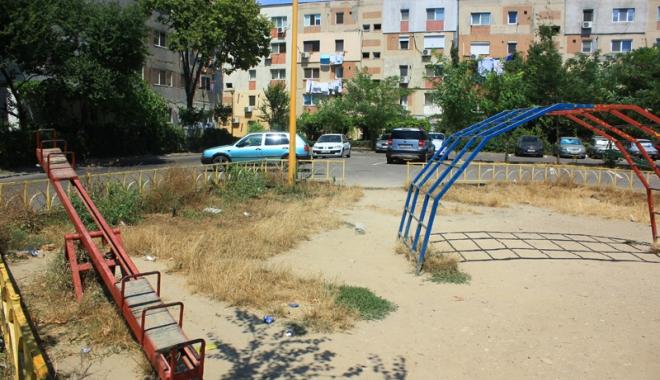 Foto: Locurile de joacă din Constanţa, periculoase şi mizerabile. Când vom deveni un oraş civilizat?