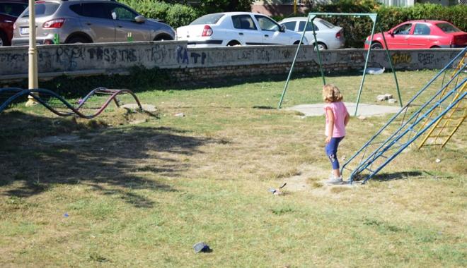 Foto: Încă nu-i momentul… oportun! Locurile  de joacă din Constanţa, mizerii şi ruginituri