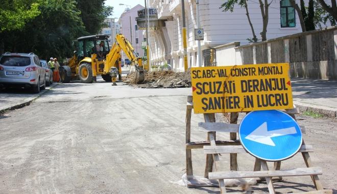Foto: Primăria Constanţa. Se lucrează la trotuare şi carosabil, pe mai multe străzi