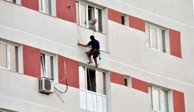 Cum poți fi scutit de la impozitul pe apartament? - lucratorizolatieblocuri1-1323723194.jpg