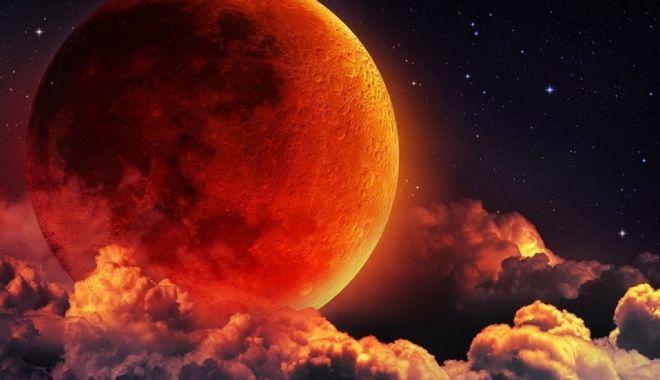 Foto: Super Luna sângerie a lupului, duminică noaptea. Eclipsa totală de Lună, vizibilă luni dimineaţă în România