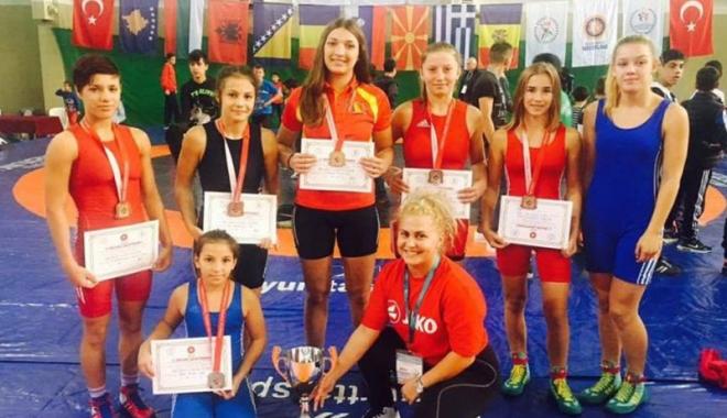 Foto: Luptătoarele de la CS Mangalia, vicecampioane balcanice de juniori