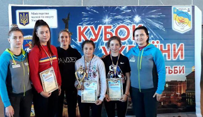 Foto: Luptătoarele Cristina Roşioru şi Ana Pîrvu, medaliate la Turneul Internaţional Brovary