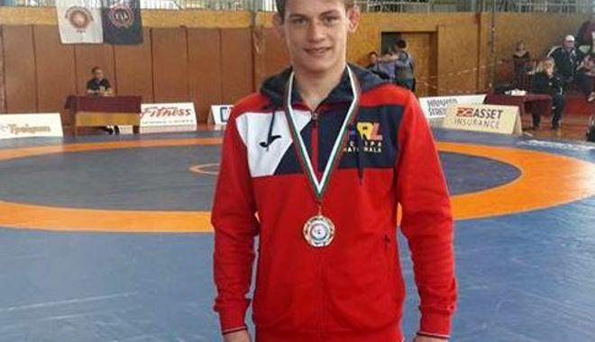 Foto: Luptător constănţean, medaliat cu aur la turneul internaţional din Bulgaria