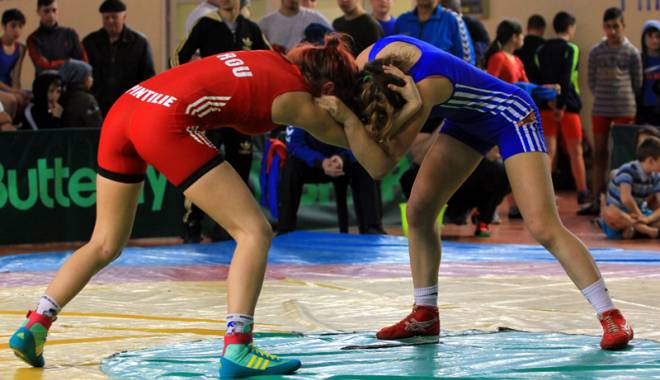 Foto: Luptătorii juniori merg în Bănie după aurul naţional