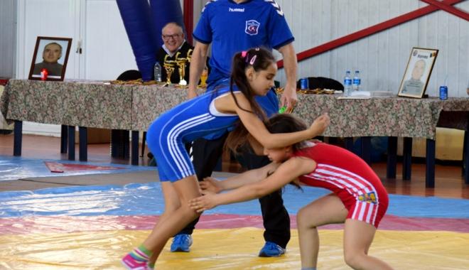 Foto: Luptătorii au cinstit memoria antrenorului emerit Ioan Bărbătei