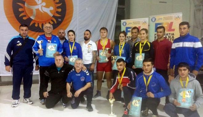 Foto: Luptătorii constănţeni şi-au pus adversarii cu umerii pe saltea, la Cupa României