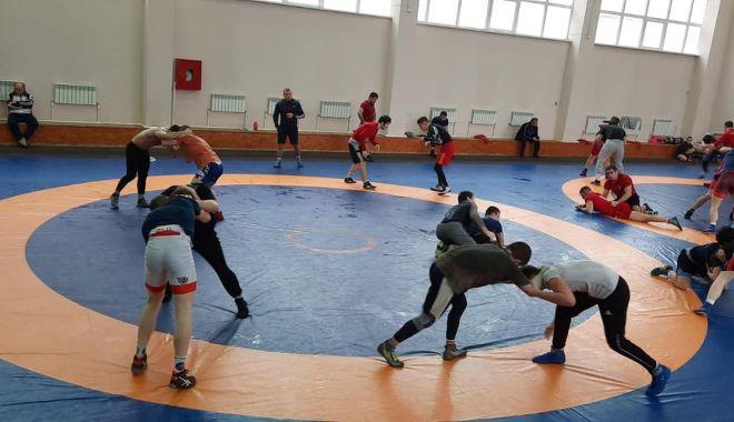 Luptătorii Florin Tiţa şi Răzvan Arnăut se pregătesc cu lotul național la Piatra Arsă - luptefarul-1610383703.jpg