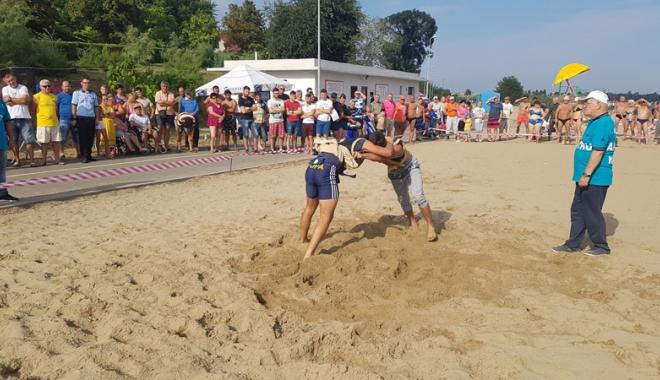 Foto: Lupte turco-tătare, pe plaja din Techirghiol