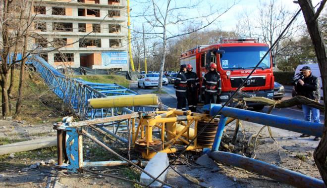 Foto: La un pas de tragedie! Macara prăbuşită  pe strada Traian