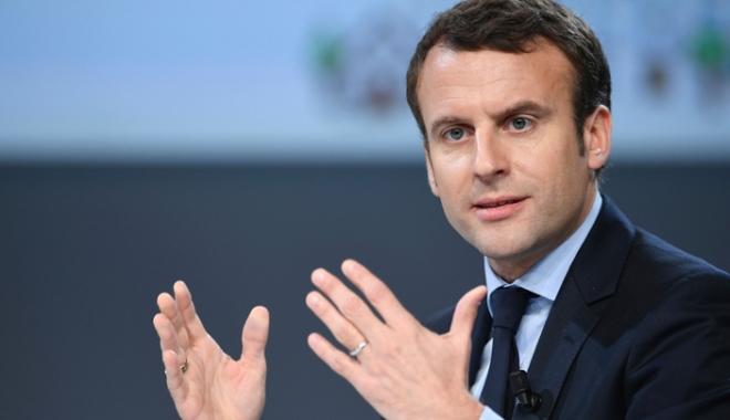 Foto: Preşedintele francez Emmanuel Macron, urmărit  de un fotograf, a depus plângere pentru