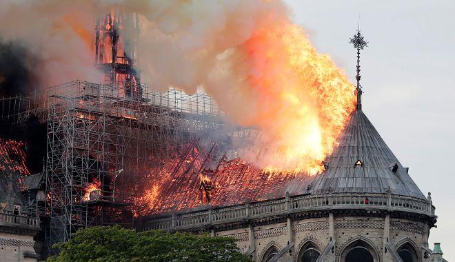 Macron promite reconstruirea Catedralei Notre-Dame în termen de cinci ani - macron-1555501769.jpg