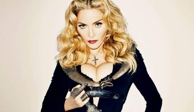 Madonna a comis-o! A căzut pe scenă, în timpul unui concert de anvergură - madonna-1424943734.jpg