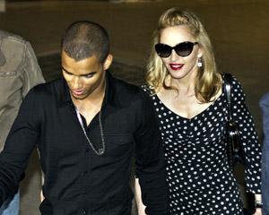 Madonna a plecat în vacanță  cu iubitul, dar și cu mama acestuia - madonnabrahim-1345724819.jpg