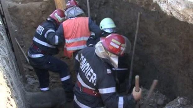 Foto: Doi muncitori au fost surprinşi de un mal de pământ. Unul dintre ei a murit
