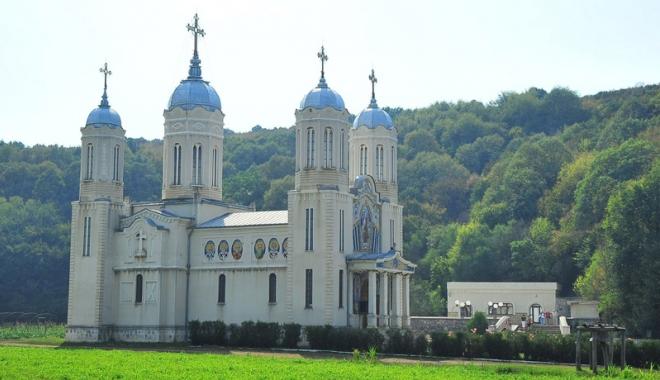 Foto: Mănăstirile Dobrogei - linişte şi suflete curate. Slujbă impresionantă, la Peştera Sf. Apostol Andrei