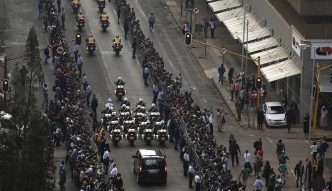 Foto: Sud-africanii forţează barierele pentru a-l vedea pe Mandela