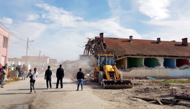 Foto: Continuă demolarea clădirilor. De ce intră Primăria Mangalia cu buldozerele în ele