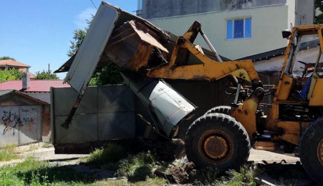 Foto: Primăria Mangalia continuă demolarea garajelor pentru amenajarea parcărilor de reședință
