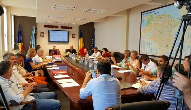 Foto: Un nou scandal la Mangalia. Consilierii liberali şi primarul au părăsit, din nou, sala de şedinţe