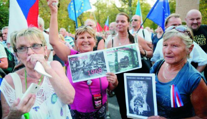 """Foto: Manifestaţie în faţa ambasadei Rusiei. 50 de ani de la înăbuşirea """"Primăverii de la Praga"""""""