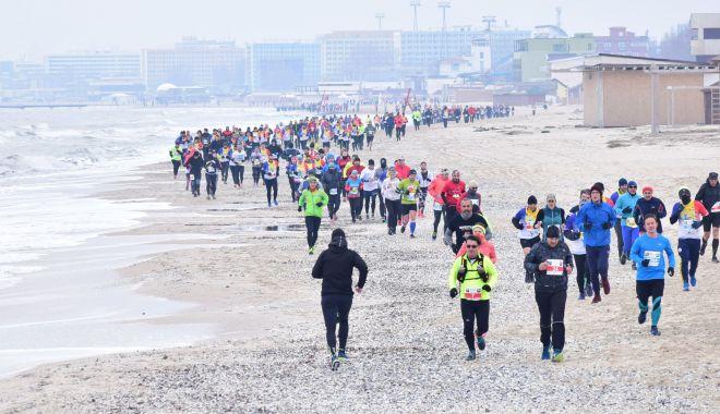 Foto: Alergătorii de cursă lungă vor purta tricoul Uniunii Europene la Maratonul Nisipului