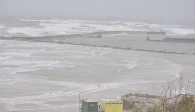 Foto: Vezi aici imagini incredibile: Marea Neagră a înghiţit plaja Modern
