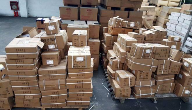 """Foto: Mii de încălţări """"la negru"""" şi produse contrafăcute, descoperite la Constanţa"""