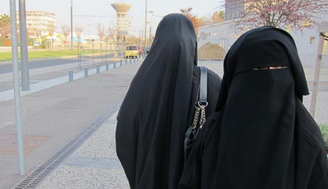 Foto: Marine Le Pen a refuzat să poarte vălul islamic  la întâlnirea  cu marele muftiu la Beirut