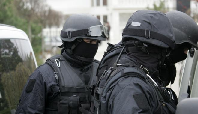 Foto: Român reţinut pentru acte de terorism