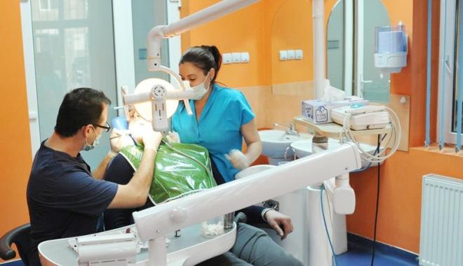 Foto: Dentiştii se plâng că n-au bani nici  de-o măsea. Pacienţii, condamnaţi să scoată bani din buzunare