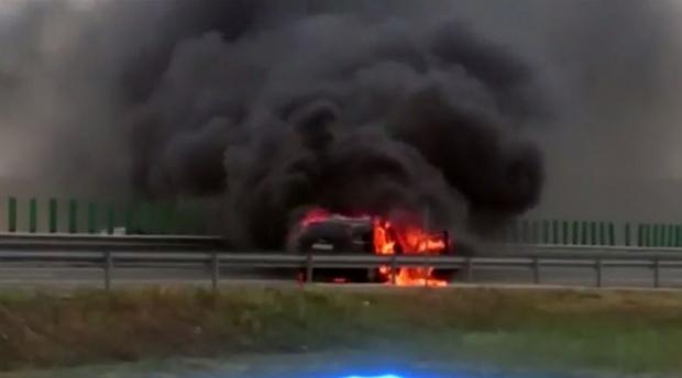 Foto: Circulație întreruptă pe A1, la kilometrul 26, pentru stingerea unui incendiu produs la o mașină