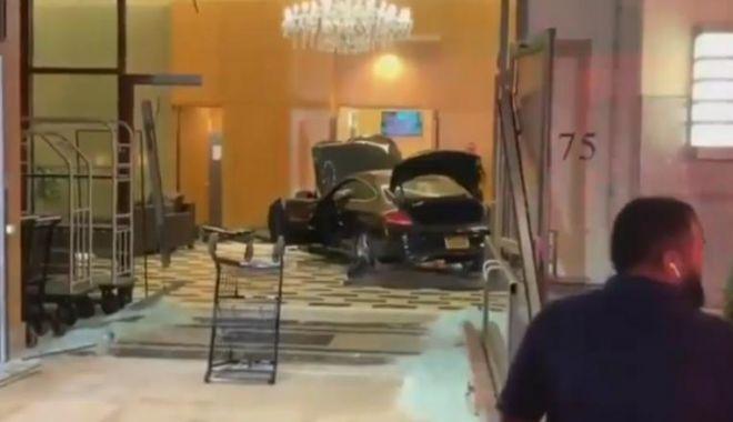 Accident neobișnuit! A intrat cu mașina în interiorul unei clădiri - masina-1568807961.jpg