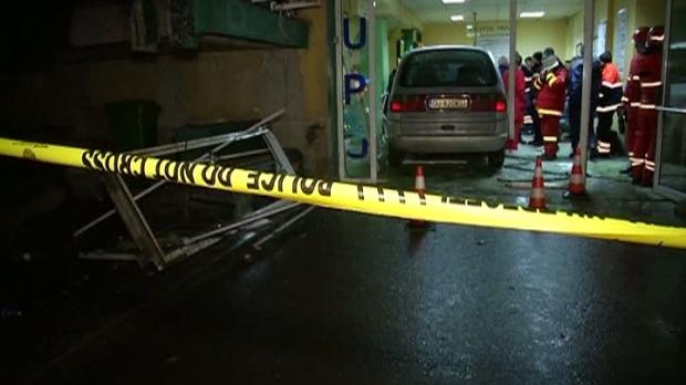 Foto: Dosar penal pentru bărbatul care a intrat cu maşina în sala de aşteptare a UPU