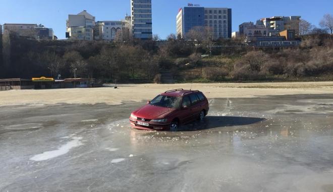 """Foto: IMAGINEA ZILEI / Cu maşina blocată în gheaţa de la Modern. """"Dacă prostia ar durea, ar fi spitalele pline"""""""