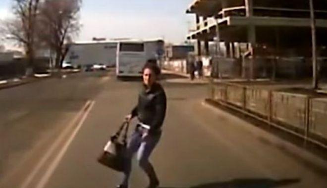 Foto: SCENE ÎNFIORĂTOARE! Cum a încercat o tânără să obţină bani de la un şofer care circula regulamentar