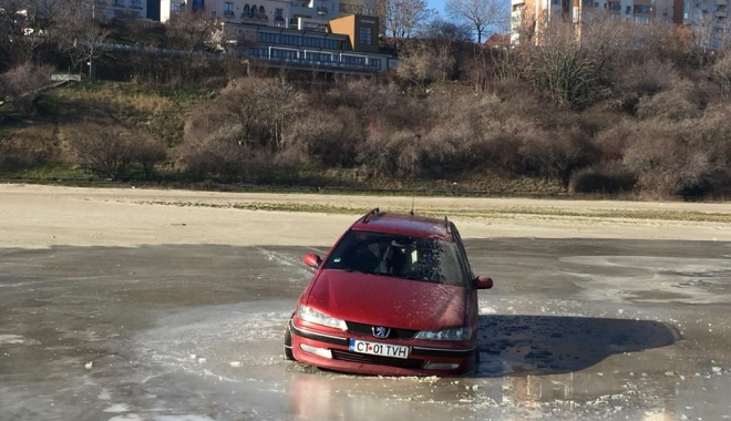 """Foto: Femeia rămasă blocată cu maşina în gheaţa de la Modern, """"invitată"""" la Poliţie"""