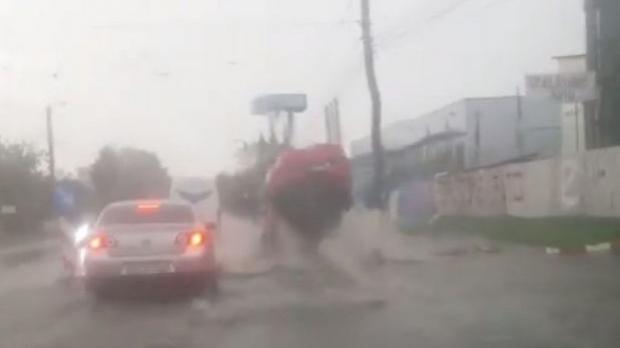 Foto: Panică în trafic. O maşină a fost aruncată doi metri în aer după ce a trecut peste o gură de canal