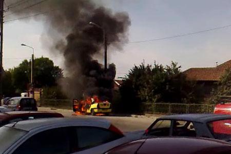 Foto: Trei autoturisme în flăcări, pe strada 8 Martie
