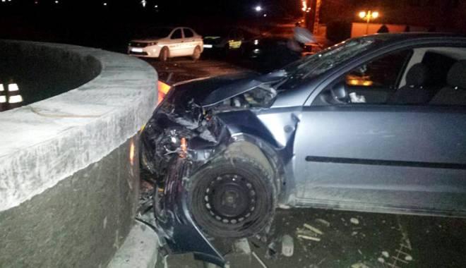 Foto: Maşină făcută praf,  după un impact cu parapetul