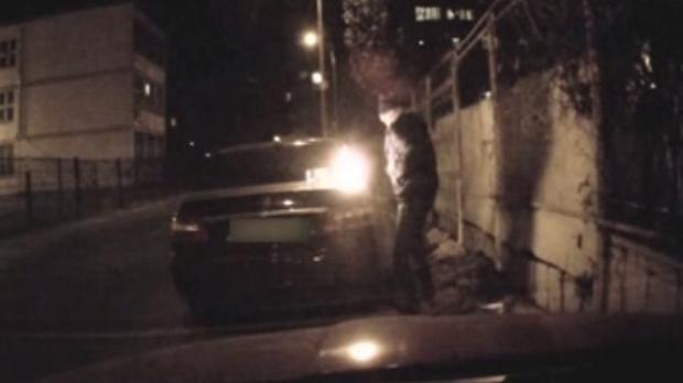 Foto: Scene şocante! Atac cu toporul şi o maşină incendiată, după ce l-a supărat vecina