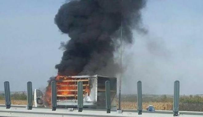 Foto: Camion în flăcări pe autostradă. Circulaţia a fost oprită