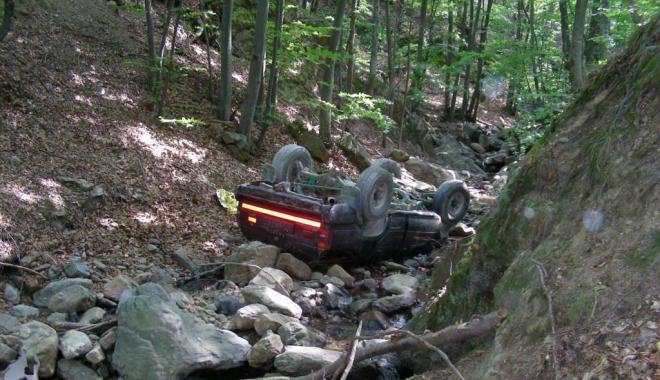 Foto: UN MORT ŞI DOI RĂNIŢI, după ce maşina lor a căzut într-o râpă. Şoferul, căutat în continuare de poliţişti