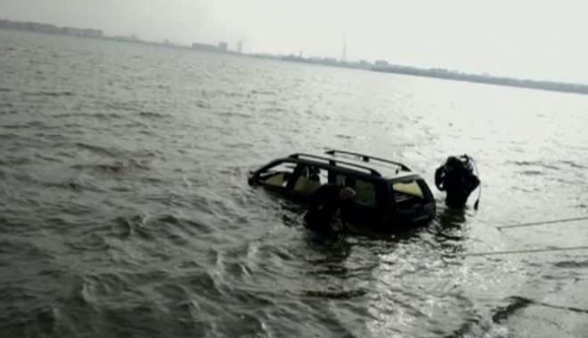 Foto: Maşină găsită în Lacul Morii / În autoturism nu au fost găsite persoane