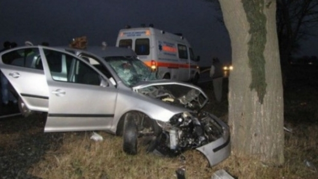 Foto: TRAGEDIE RUTIERĂ! Un militar a murit, iar trei au fost răniţi, după ce mașina în care se aflau a lovit un copac
