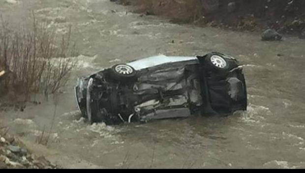Foto: Maşină răsturnată în albia râului, pe DN 1. Un bărbat a murit
