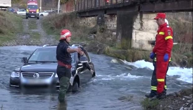 Un șofer teribilist a rămas cu mașina în mijlocul apei - masinarau62721500-1573893549.jpg