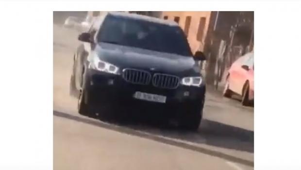 Foto: Dosar penal pentru un băiat de 15 ani, filmat în timp ce conducea o maşină