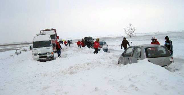 Foto: 20 de maşini, blocate în câmp. Pompierii intervin!